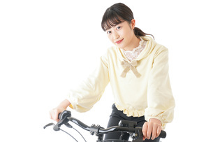 自転車に乗る若い女性の写真素材 [FYI04716028]