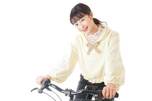 自転車に乗る若い女性の写真素材 [FYI04716029]
