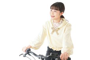 自転車に乗る若い女性の写真素材 [FYI04716033]