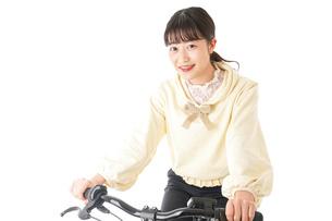 自転車を運転する若い女性の写真素材 [FYI04716035]