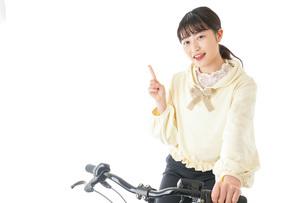 自転車に乗る若い女性の写真素材 [FYI04716036]