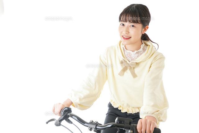 自転車に乗る若い女性の写真素材 [FYI04716038]