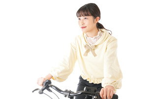 自転車を運転する若い女性の写真素材 [FYI04716039]
