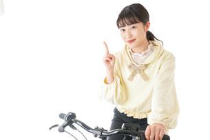 自転車に乗る若い女性の写真素材 [FYI04716040]
