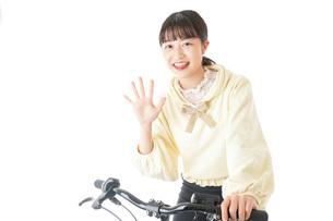 自転車に乗る若い女性の写真素材 [FYI04716041]