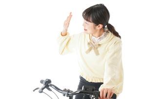 自転車に乗る若い女性の写真素材 [FYI04716042]