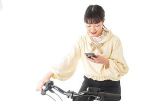自転車を運転する若い女性の写真素材 [FYI04716045]