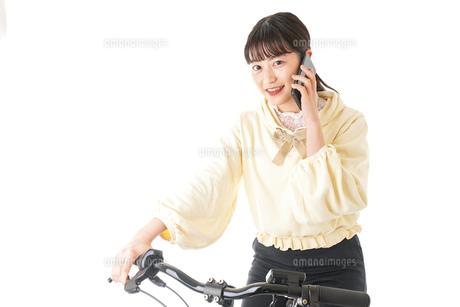 自転車を運転する若い女性の写真素材 [FYI04716051]