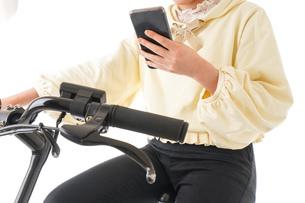 自転車を運転する若い女性の写真素材 [FYI04716054]