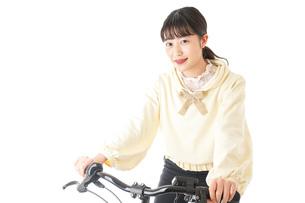 自転車を運転する若い女性の写真素材 [FYI04716056]