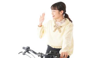 自転車を運転する若い女性の写真素材 [FYI04716057]