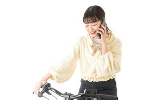 自転車を運転する若い女性の写真素材 [FYI04716058]
