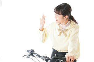 自転車に乗る若い女性の写真素材 [FYI04716059]