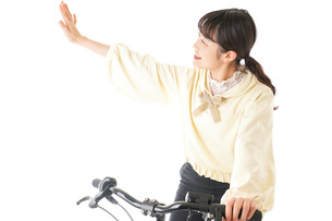 自転車を運転する若い女性の写真素材 [FYI04716060]