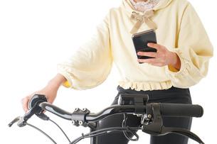 自転車を運転する若い女性の写真素材 [FYI04716066]