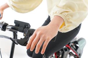 自転車に乗る若い女性の写真素材 [FYI04716070]