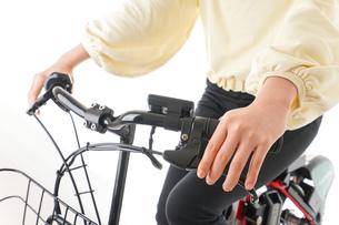 自転車を運転する若い女性の写真素材 [FYI04716071]