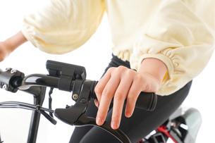 自転車を運転する若い女性の写真素材 [FYI04716072]