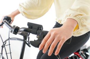 自転車に乗る若い女性の写真素材 [FYI04716073]