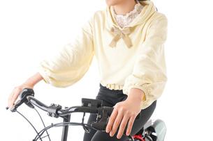 自転車を運転する若い女性の写真素材 [FYI04716074]