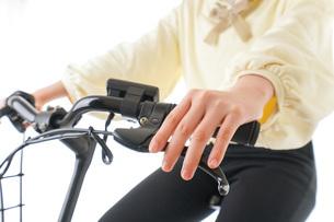 自転車に乗る若い女性の写真素材 [FYI04716075]