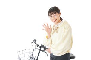 自転車に乗る若い女性の写真素材 [FYI04716076]