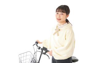 自転車を運転する若い女性の写真素材 [FYI04716079]
