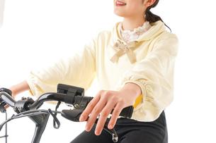 自転車を運転する若い女性の写真素材 [FYI04716080]