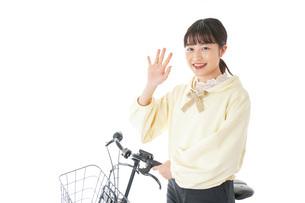 自転車に乗る若い女性の写真素材 [FYI04716081]