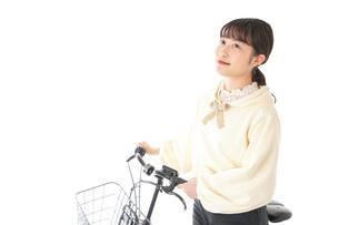 自転車を運転する若い女性の写真素材 [FYI04716082]