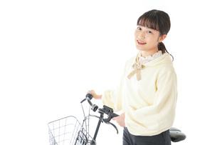 自転車に乗る若い女性の写真素材 [FYI04716083]