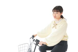自転車に乗る若い女性の写真素材 [FYI04716086]