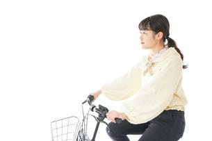 自転車に乗る若い女性の写真素材 [FYI04716087]