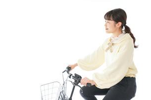 自転車に乗る若い女性の写真素材 [FYI04716088]