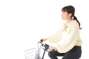 自転車を運転する若い女性の写真素材 [FYI04716089]