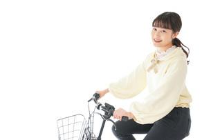 自転車に乗る若い女性の写真素材 [FYI04716090]