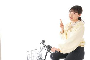 自転車を運転する若い女性の写真素材 [FYI04716092]