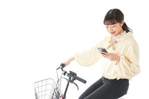 自転車を運転する若い女性の写真素材 [FYI04716093]