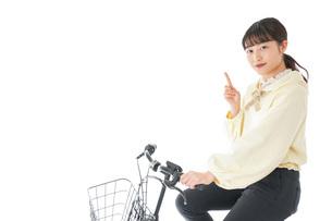 自転車に乗る若い女性の写真素材 [FYI04716096]