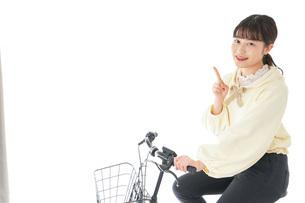 自転車に乗る若い女性の写真素材 [FYI04716097]