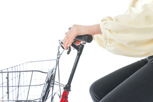 自転車に乗る若い女性の写真素材 [FYI04716115]