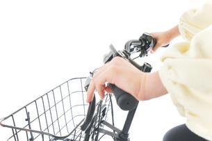 自転車に乗る若い女性の写真素材 [FYI04716118]