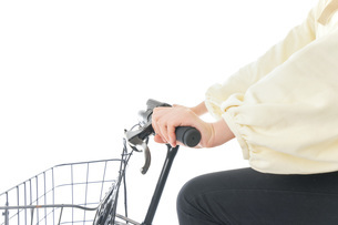 自転車に乗る若い女性の写真素材 [FYI04716119]