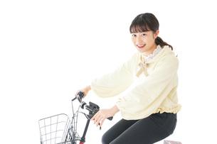 自転車に乗る若い女性の写真素材 [FYI04716121]