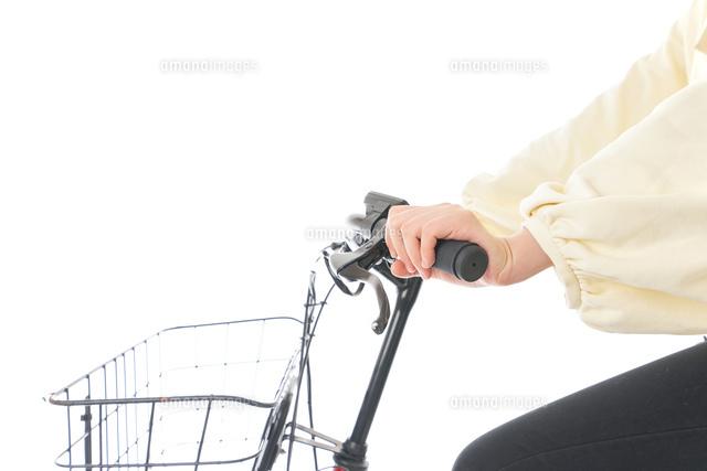 自転車を運転する若い女性の写真素材 [FYI04716122]