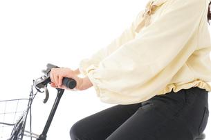 自転車を運転する若い女性の写真素材 [FYI04716123]