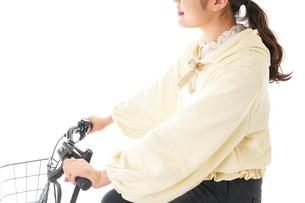 自転車を運転する若い女性の写真素材 [FYI04716124]