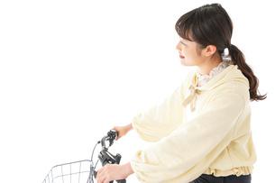 自転車を運転する若い女性の写真素材 [FYI04716125]