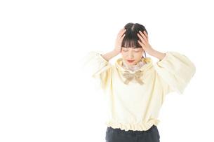 頭痛に苦しむ若い女性の写真素材 [FYI04716126]