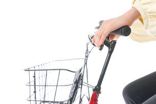 自転車を運転する若い女性の写真素材 [FYI04716128]